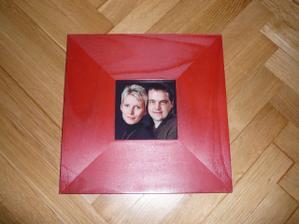 rámeček s naší fotkou - musíme natřít na bílo - pro věnování od svatebních hostů ....doufám, že nám tam napíšou krásné vzkazy...