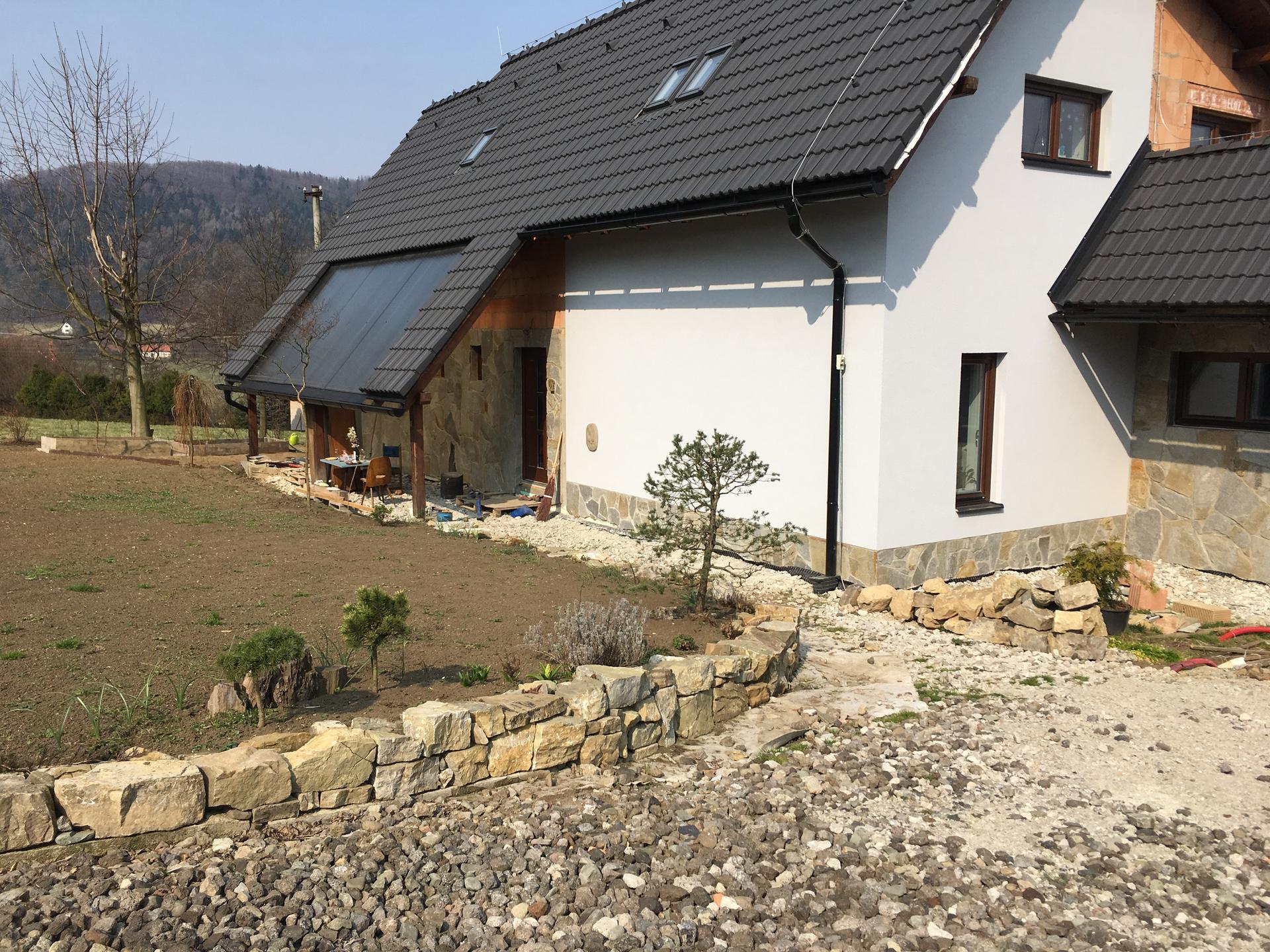 Zahrada - Ještě na podzim manžel stihl udělat kolem domů suché zítky, které budou sloužit, zároveň, jako skalka.
