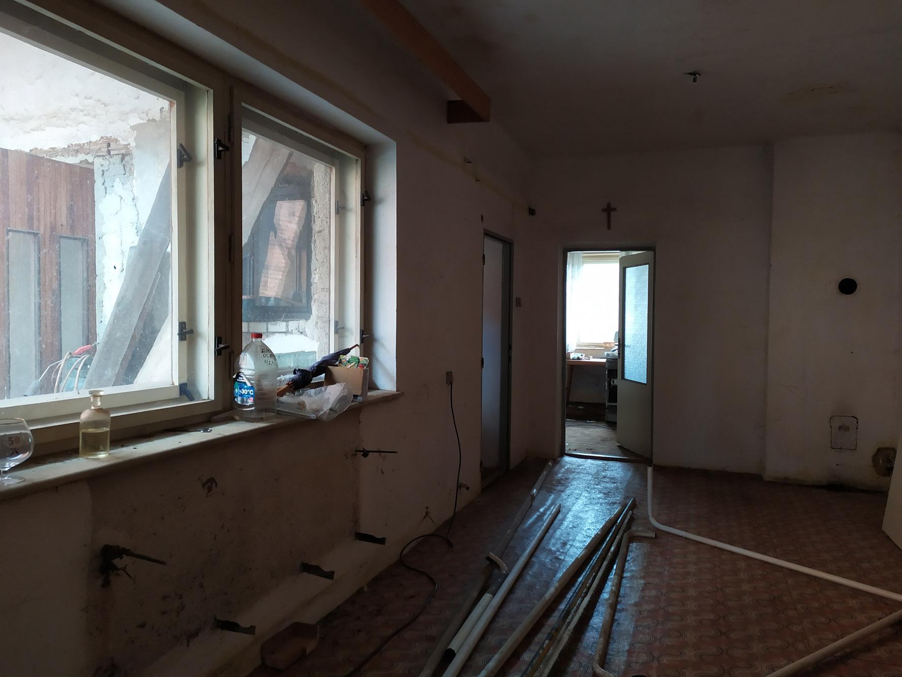 Bourání staré a stavba nové řadovky - Vyklízení starého domu, odřezávání trubek