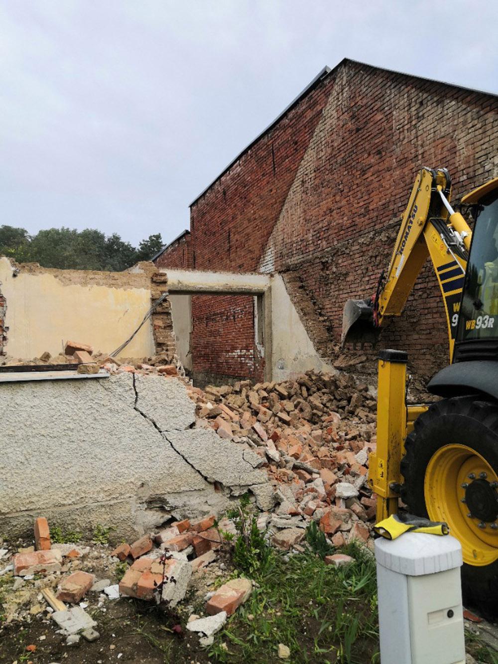 Bourání staré a stavba nové řadovky - Září 2020, poslední fáze demolice.