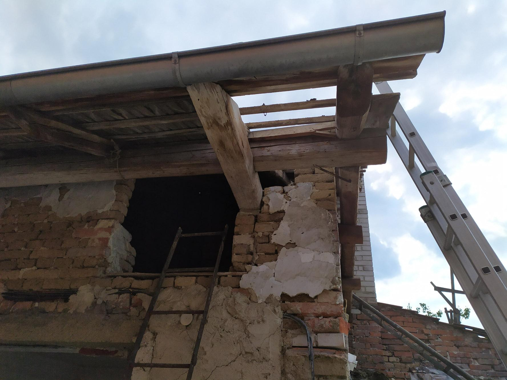 Bourání staré a stavba nové řadovky - Začala demontáž střechy. Asi nejlepší část bourání.
