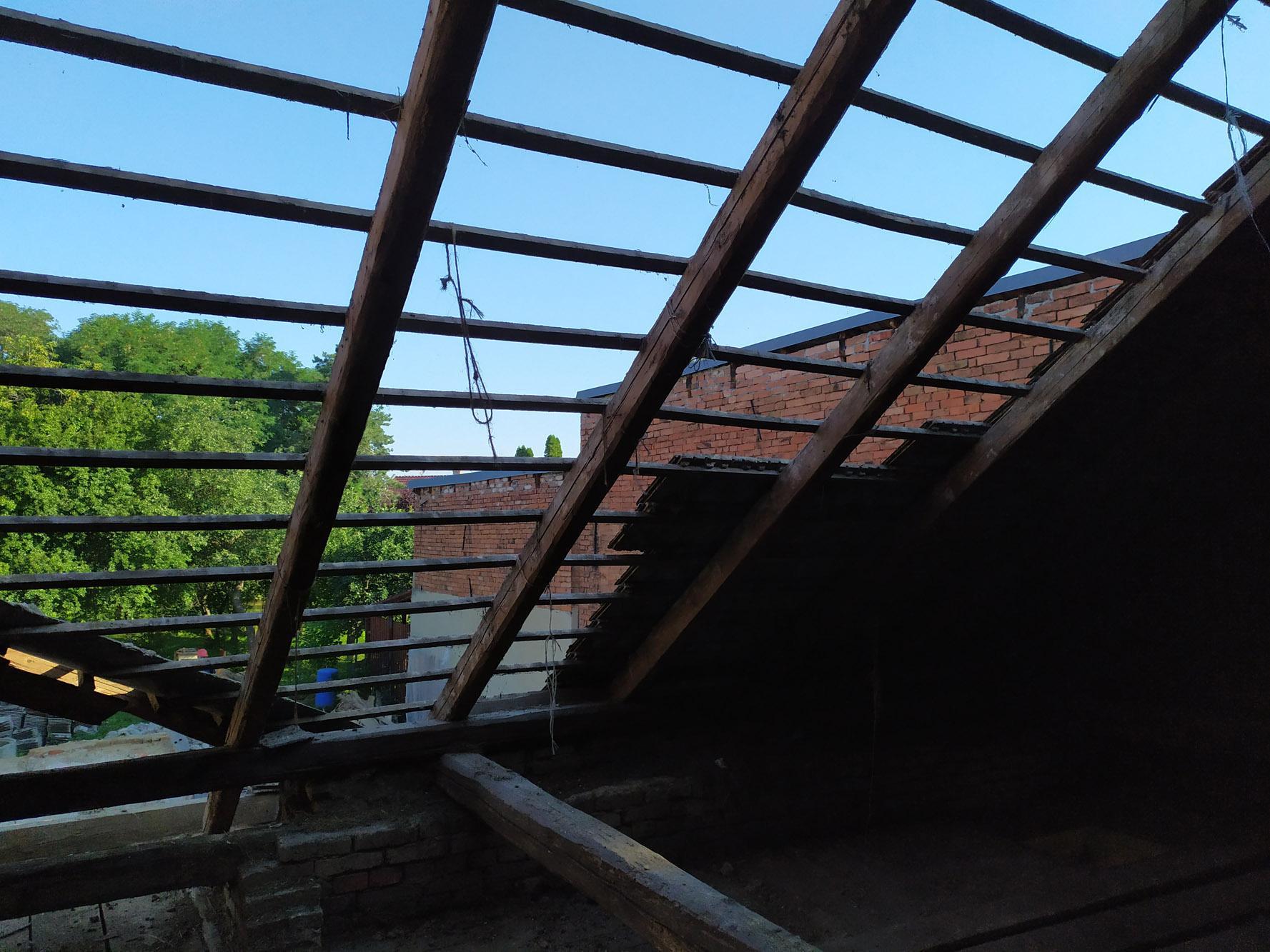 Bourání staré a stavba nové řadovky - Demontáž střechy pokračovala rychle.