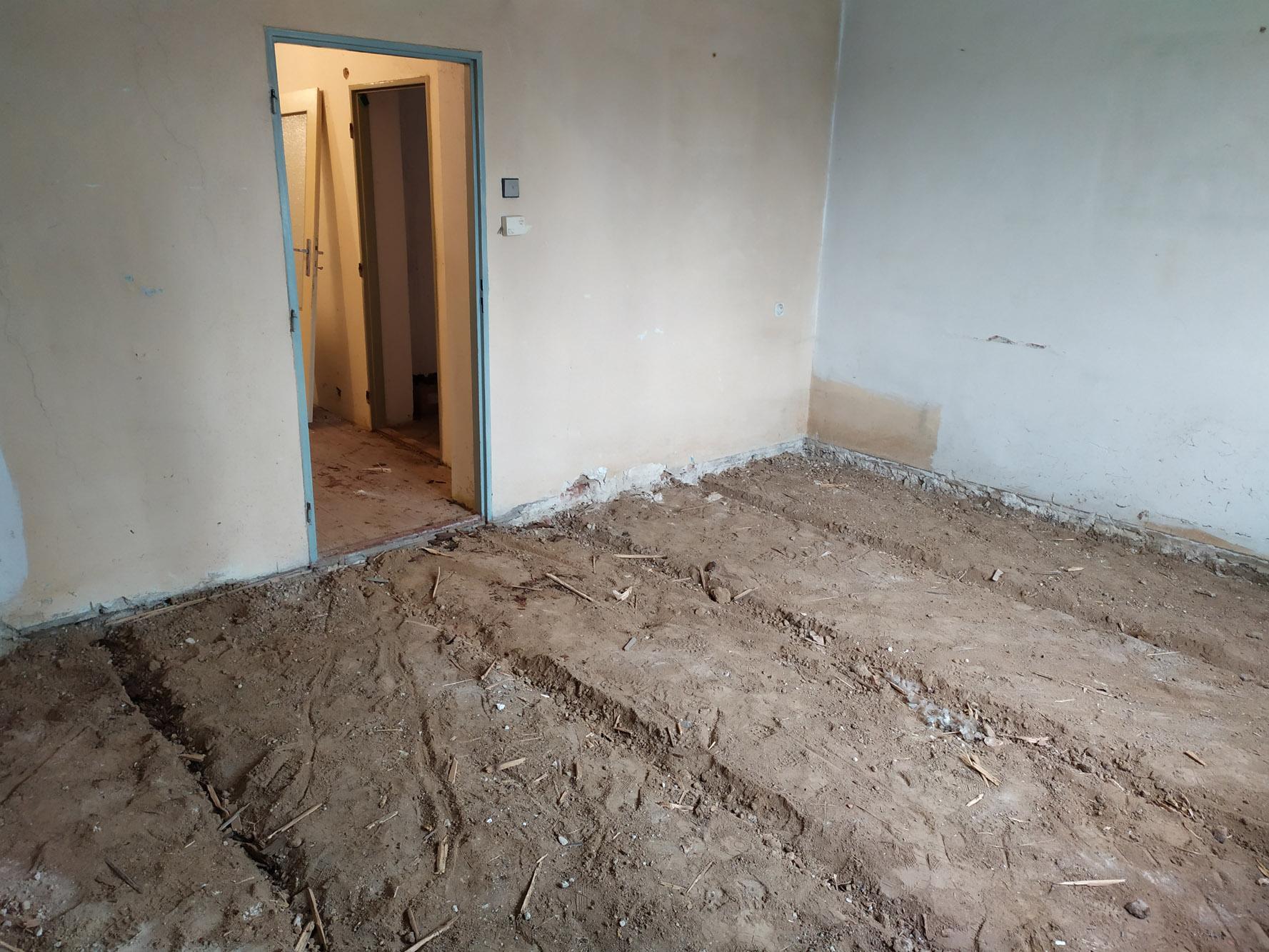 Bourání staré a stavba nové řadovky - Vytrhávání podlah