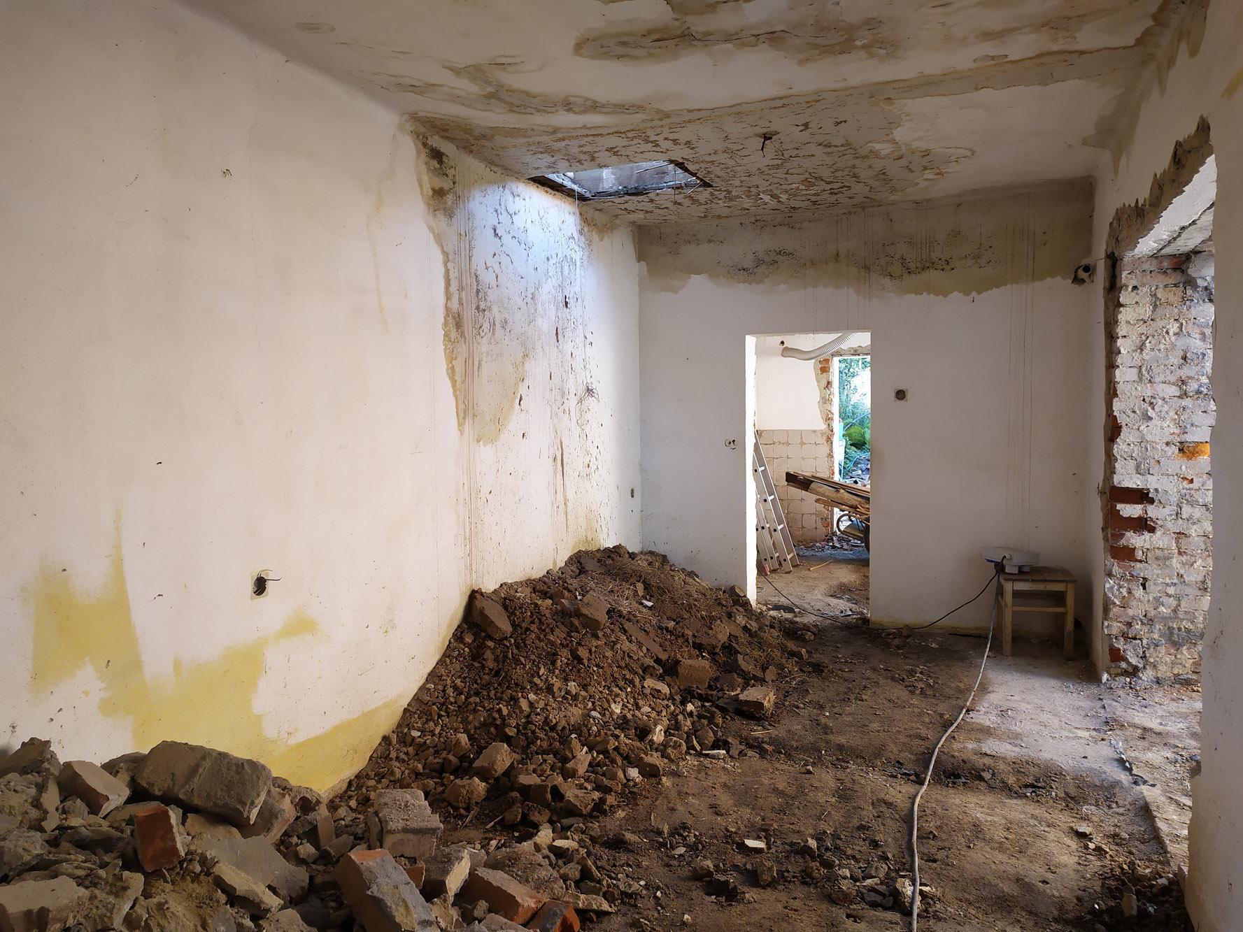 Bourání staré a stavba nové řadovky - Srpen 2020. Odpad se hromadí už i vevnitř