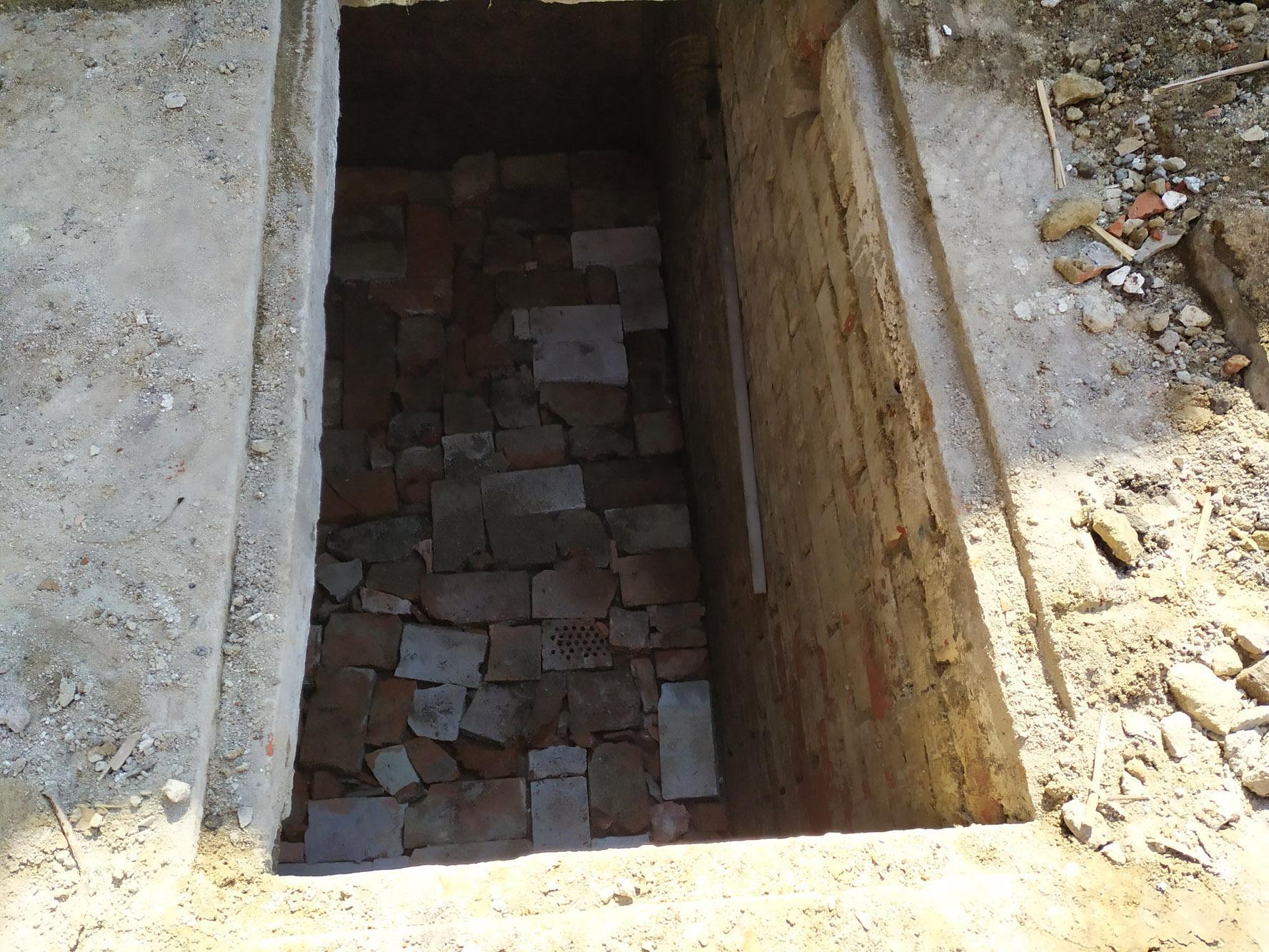 Bourání staré a stavba nové řadovky - Zaskládávání původní sklepa