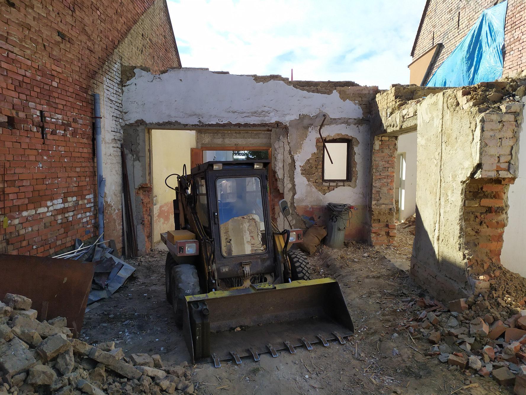 Bourání staré a stavba nové řadovky - Konec srpna 2020. Konečně se začalo odvážet.