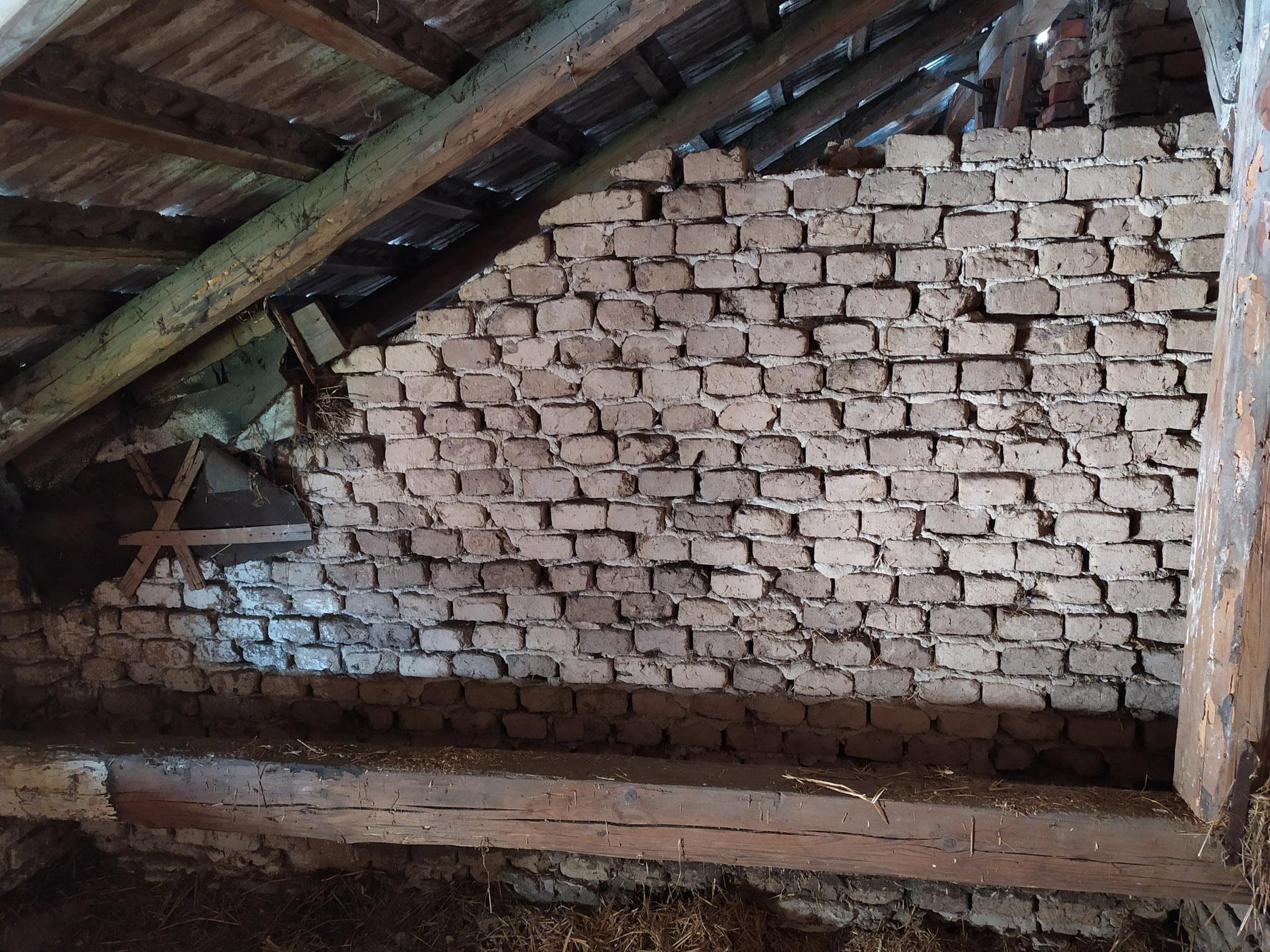 Bourání staré a stavba nové řadovky - Většina domu byla z nepálených cihel.