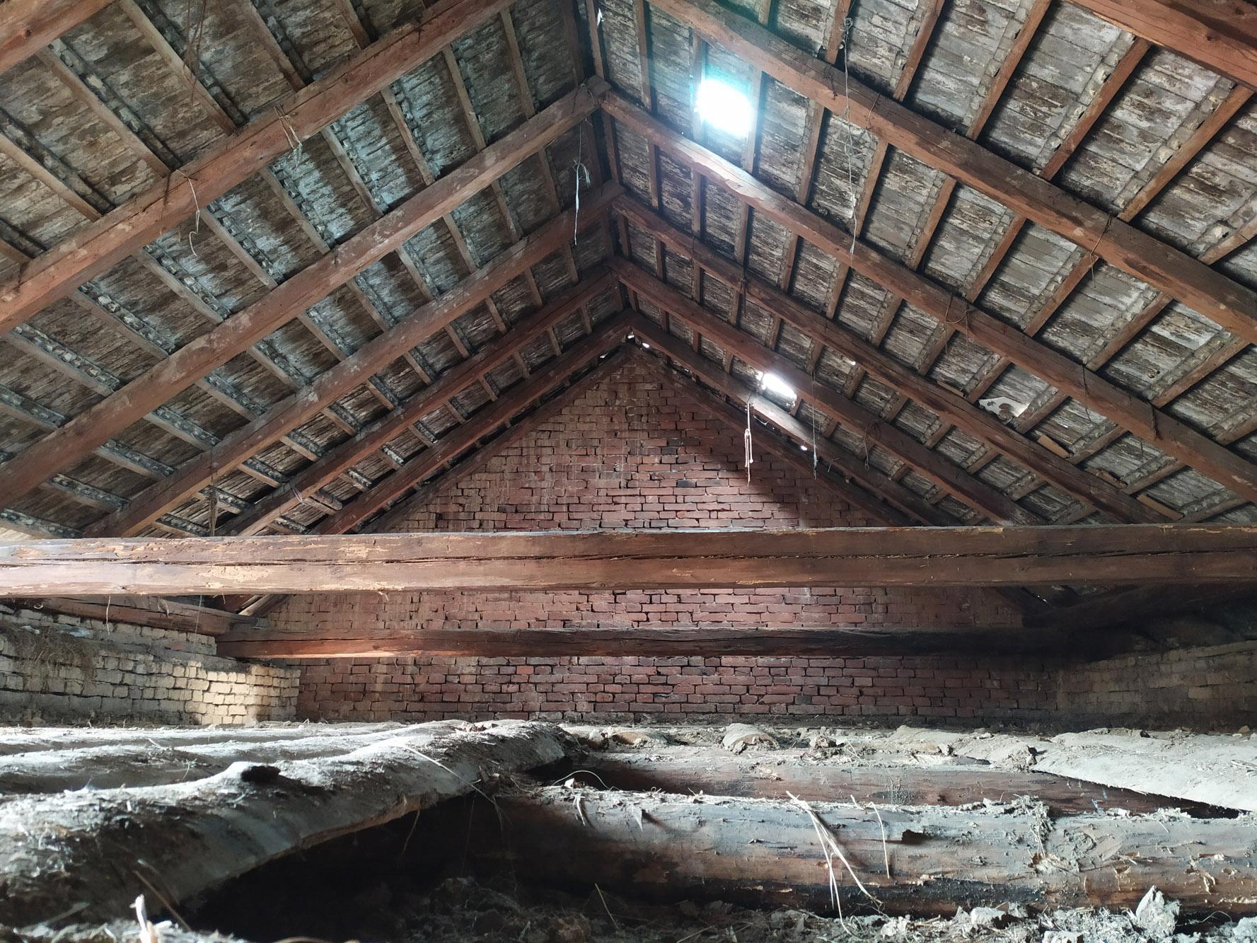 Bourání staré a stavba nové řadovky - Půda již bez sena. Původně byla úplně plná. Nejhorší část demolice.
