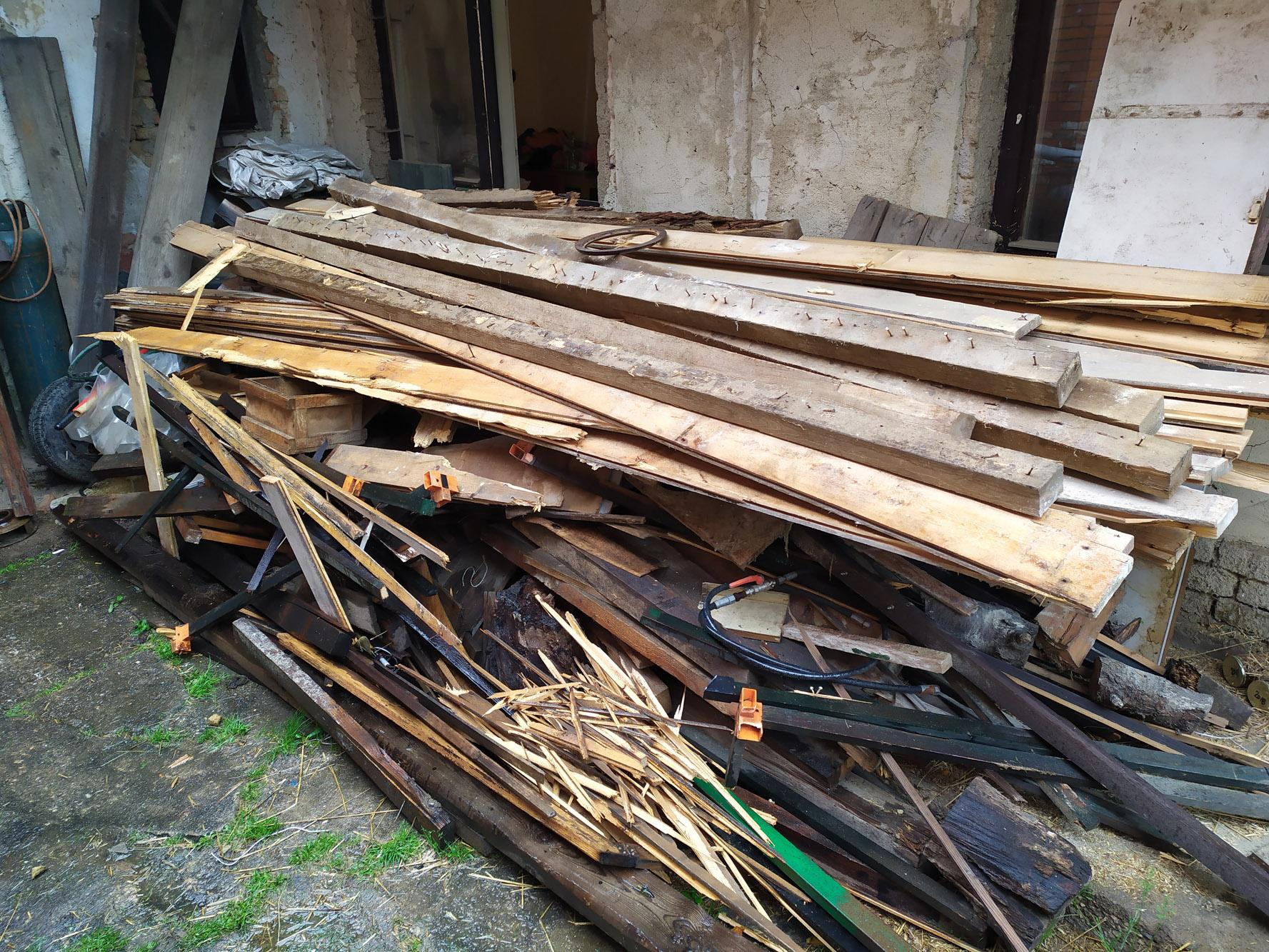 Bourání staré a stavba nové řadovky - Horší dřevo se nám podařilo udat za odvoz, lepší jsme si nechali do krbu