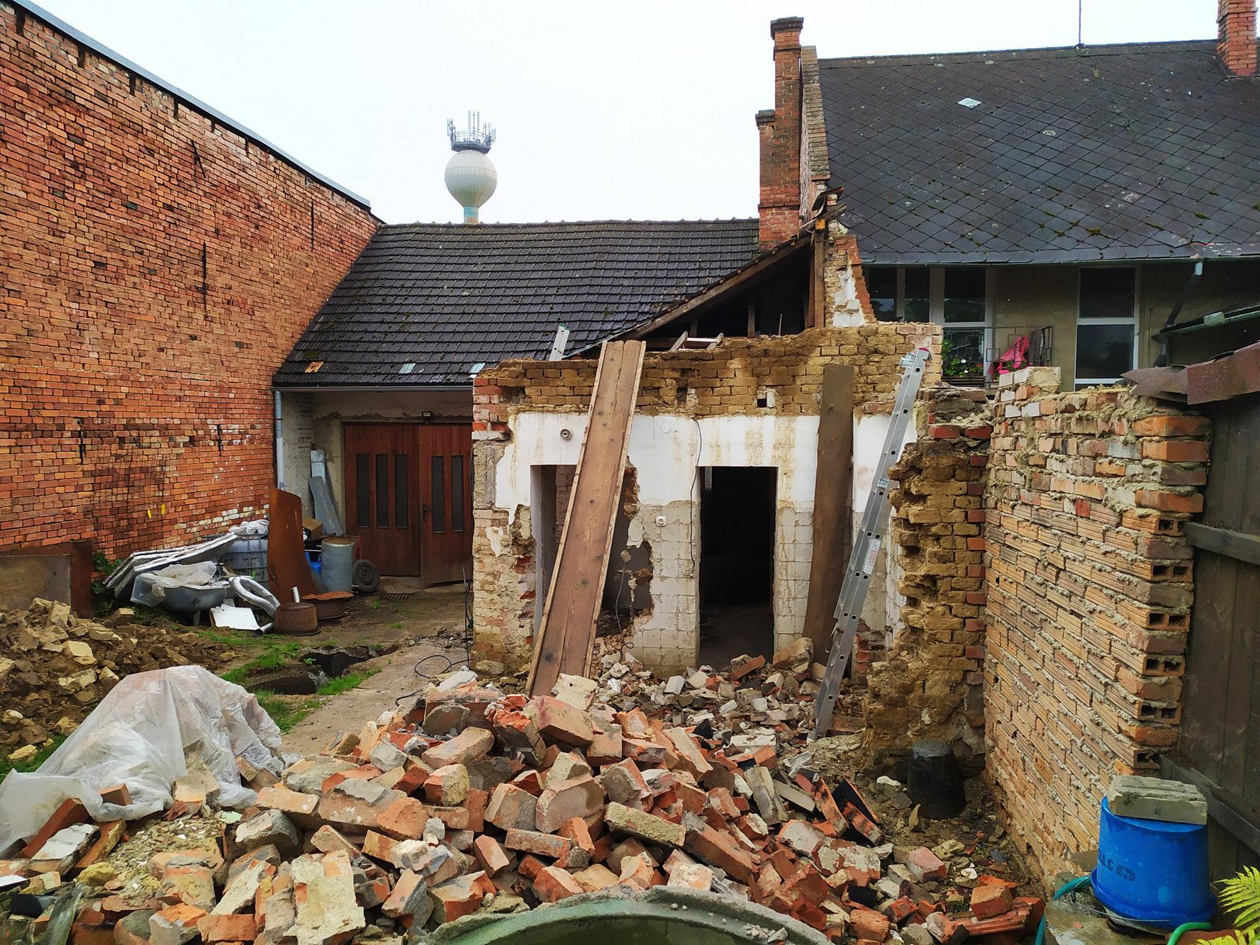 Bourání staré a stavba nové řadovky - Stavební odpad se hromadí
