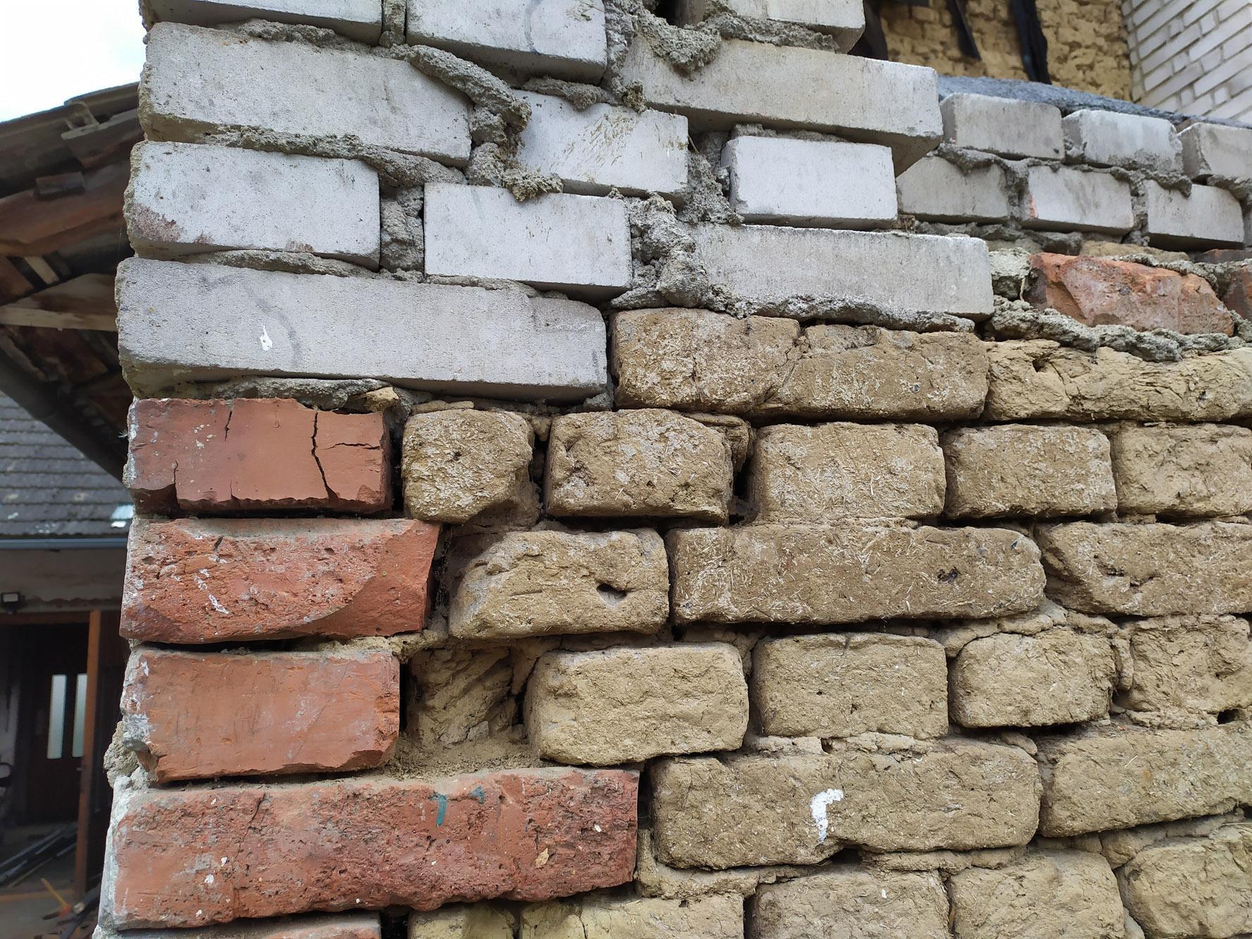Bourání staré a stavba nové řadovky - Původní dům byl opravdu mix všeho, co se našlo