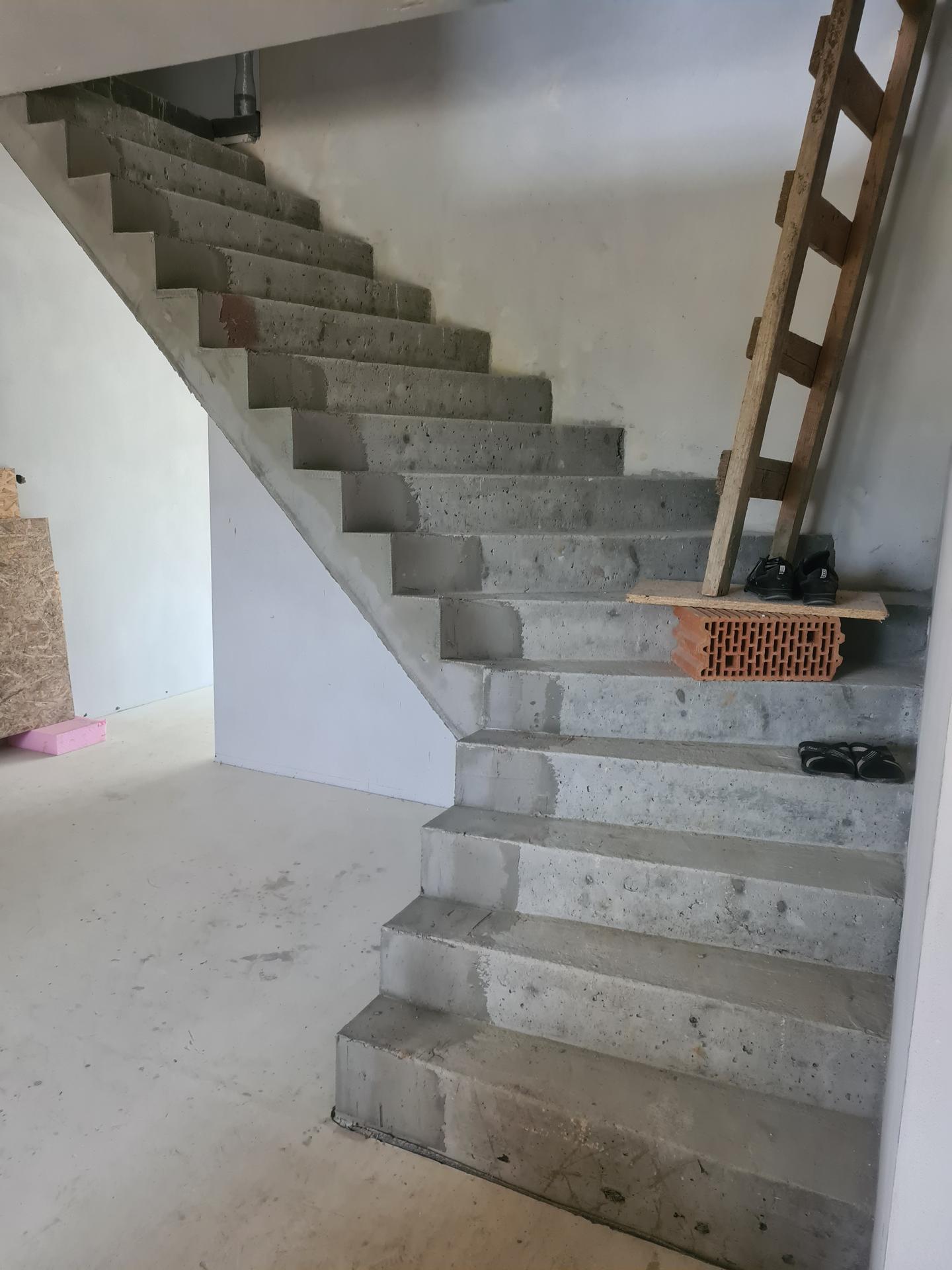 Myslíte že sa dá svojpomocne pekne zvládnuť urobiť tieto naše schody ako na foto ? Myslíte že ich stačí akoby ostierkovať, napenetrovať a natrieť nejakým bielym epoxidovým náterom s protišmykovou zložkou ? Nevedia mi nikde poradiť žiadny majstri ... - Obrázok č. 2