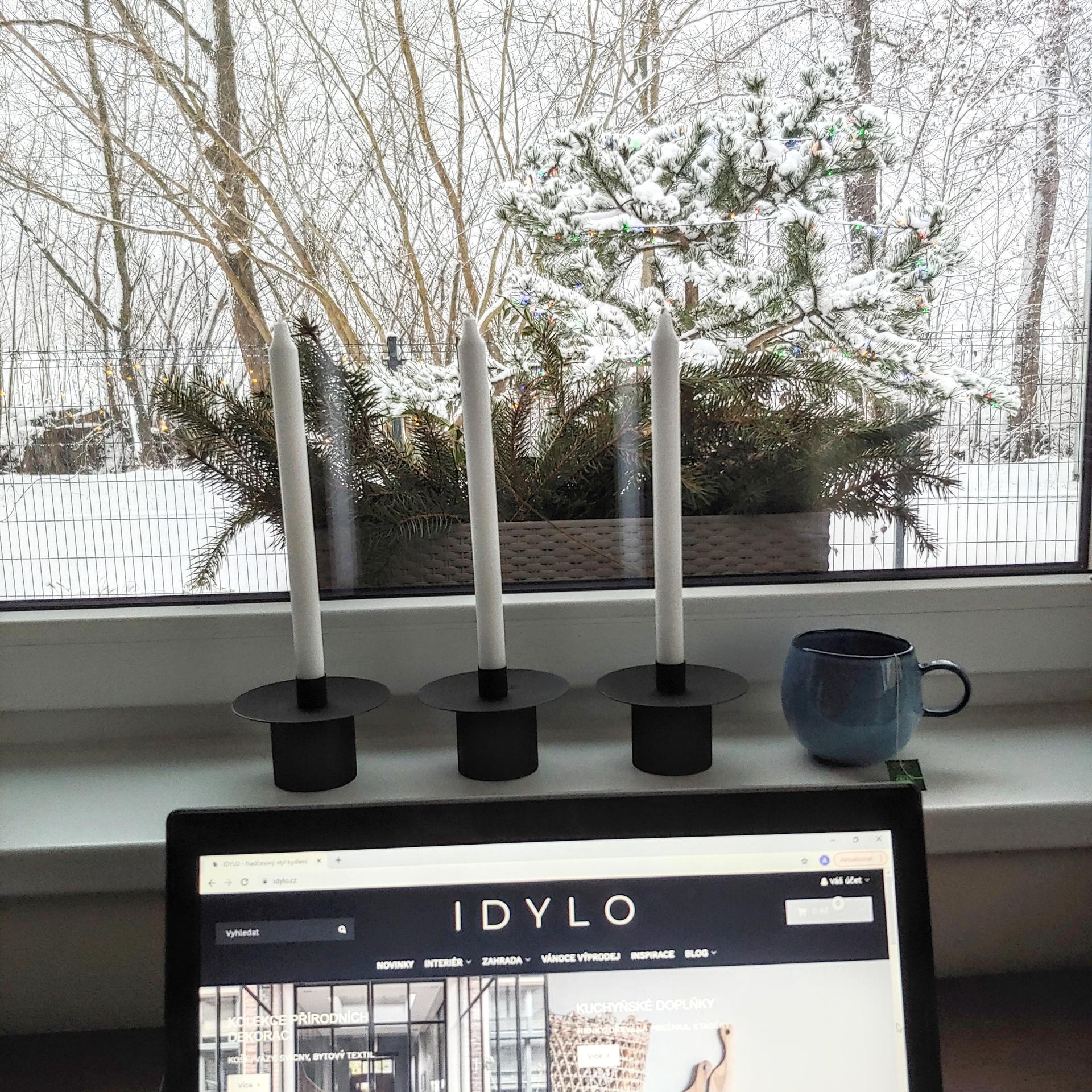 Dnešní zasněžený výhled z kanceláře❤ A můj oblíbený modrý půllitrák se svícny THOMAS, k dostání i se svíčkami do nich na www.idylo.cz 😊 - Obrázek č. 1