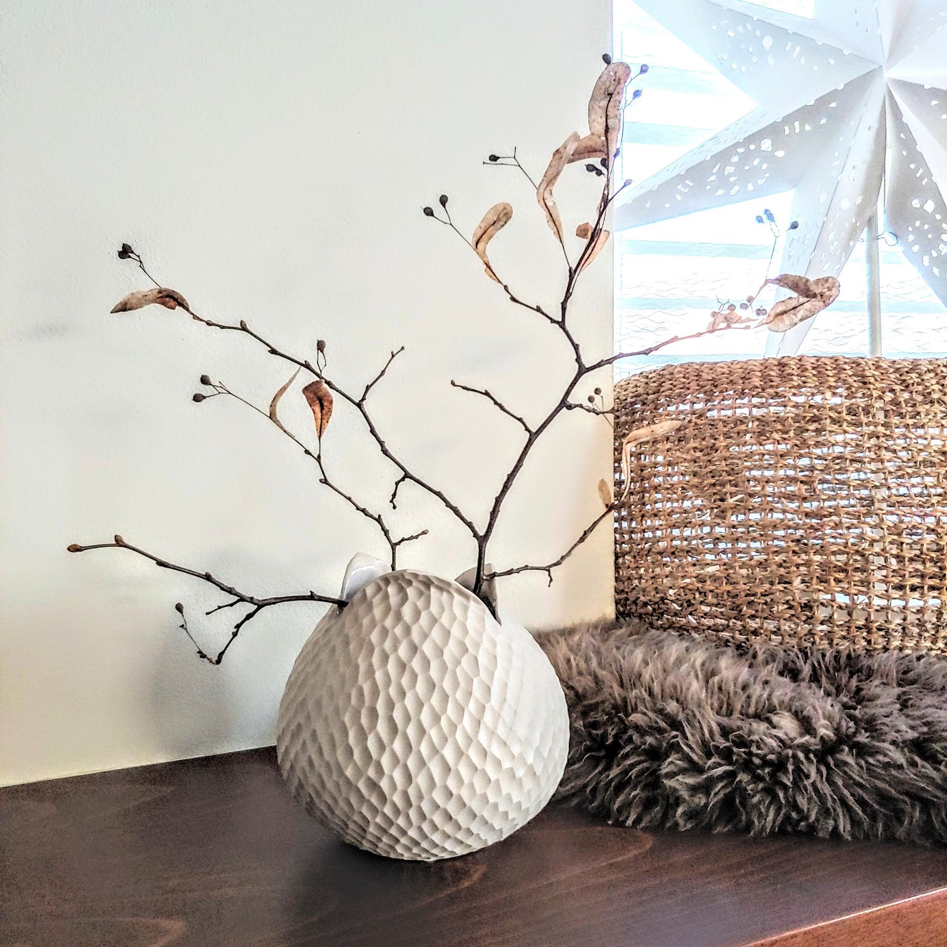 Krásné, už skoro jarní, dny❤ Dneska Vám ukážu tuhle přírodní kameninovou vázu s úplně obyčejnou větvičkou z procházky, no nevypadá krásně?😊 Máme ještě pár kusů skladem na www.idylo.cz 🙌 - Obrázek č. 1