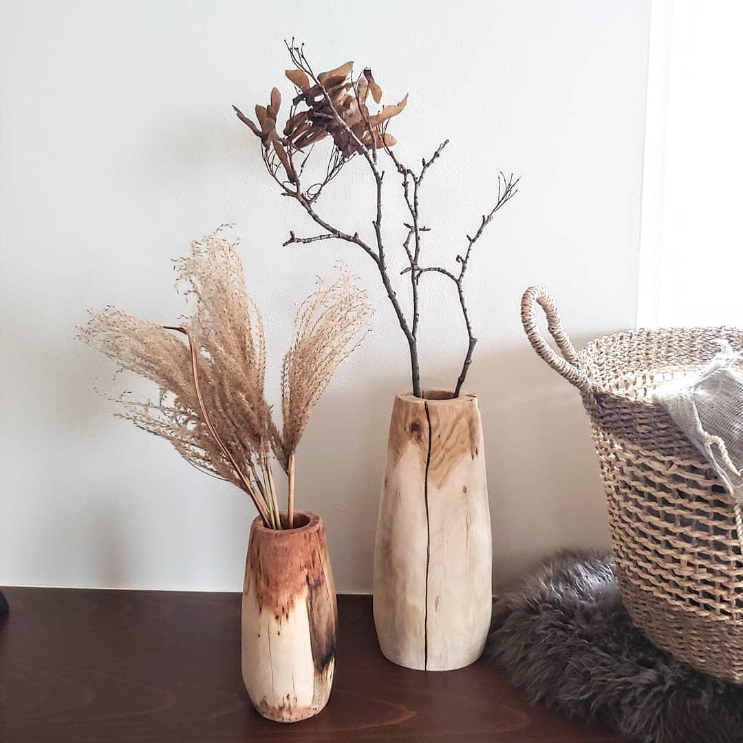 Masivní dřevěné vázy na www.idylo.cz 🖤  Dneska bych Vám moc ráda představila další novinky, nádherné dřevěné vázy z dubového či bukového dřeva. Neokoukané kousky, do kterých jsem se okamžitě zamilovala❤ Co na ně říkáte? 😊 - Obrázek č. 1