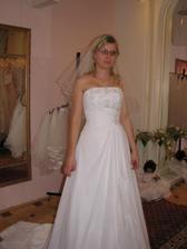 (šaty č. 2) úplně nové v salonu, neměla je na sobě ještě žádná nevěsta, moc krásné