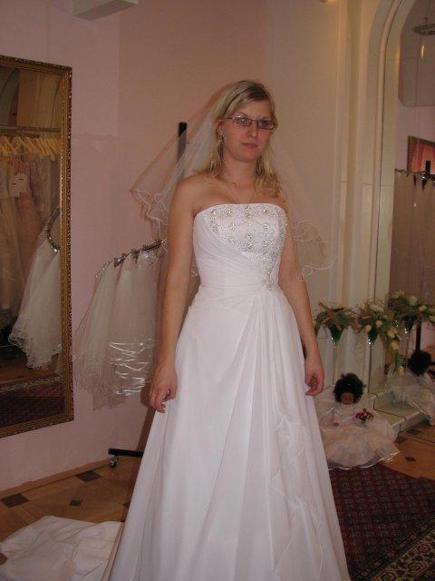 Svatba A+P, šaty - (šaty č. 2) úplně nové v salonu, neměla je na sobě ještě žádná nevěsta, moc krásné