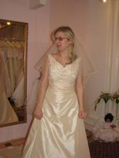 (šaty č. 3) Moc krásné, jediné šampaň, ale vršek mi byl moc velký, prý se to dá upravit, ale trošku se toho bojím