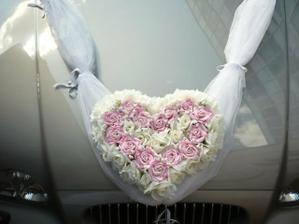 Zkouška ozdoby na auto nevěsty