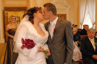 ...první manželské políbení...