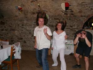 a pak už se jen slavilo a tančilo a ...