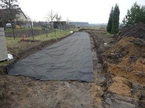 23.3.2010 Položili jsme geotextíli, aby nám cesta neprorůstala trávou...
