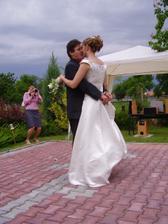první manželský taneček pod mraky s pouty na rukou