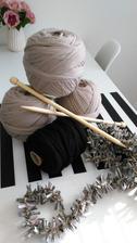 dnešní radost :-) spagaty na potah na taburetky a kdyz zbyde tak i na kosiky a dřevěná girlanda :-)