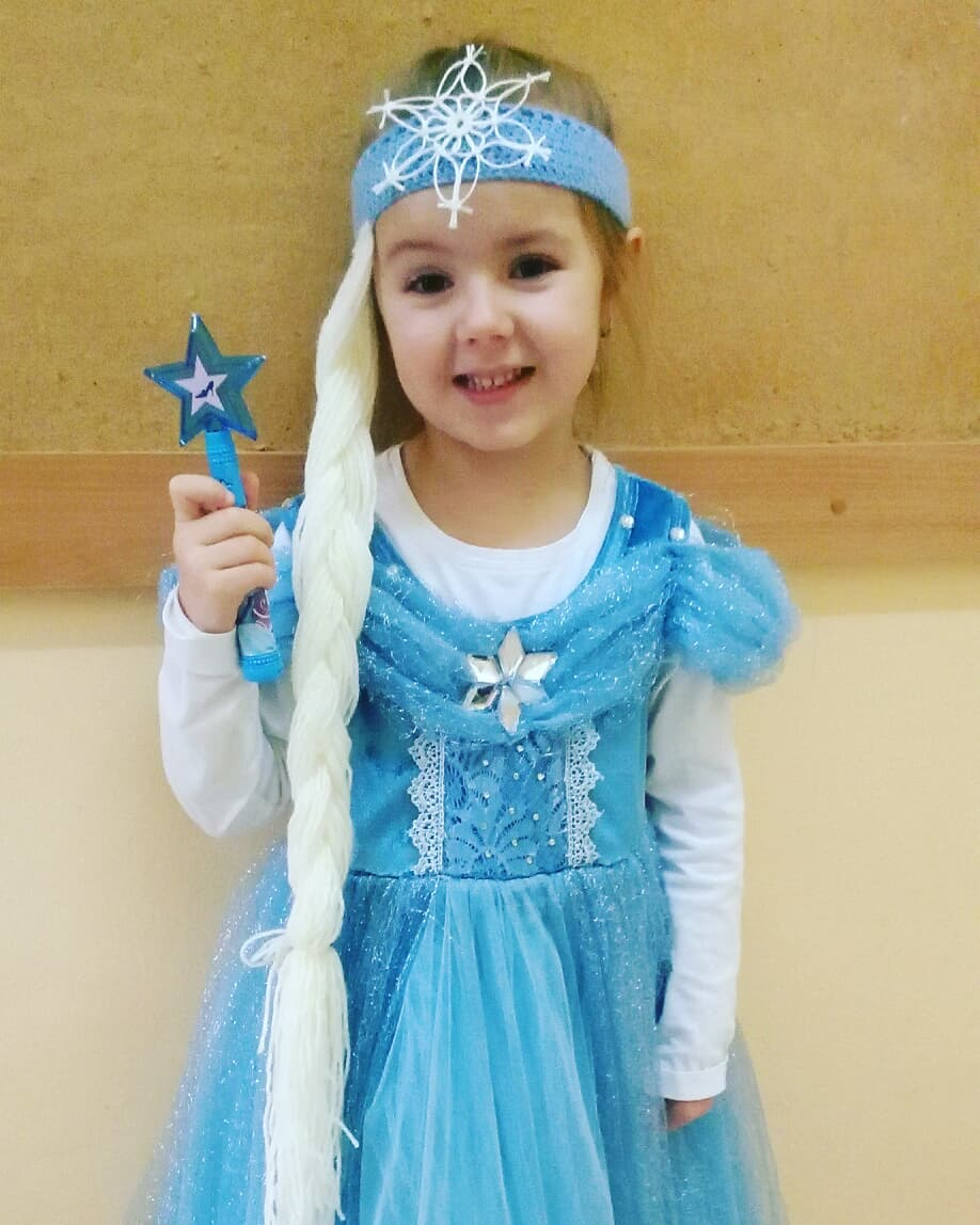 "Mé DYI - Sofi ma dnes va skolce karneval. ""Mami ja chci mit taky vlasy a korunu jako Elsa."" Maminka sla spat v pulnoci ale za ten usmev to stalo :-)"