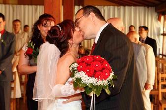 ...a první manželská pusinka :-)