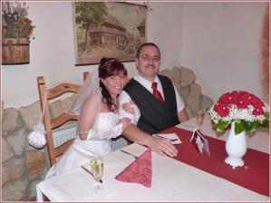 ...my dva u svatebního stolu...