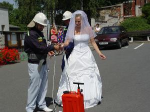 pred kostelem cekali hasici s ukolem