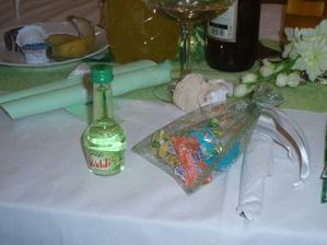 vrecúška s cukríkmi a malé fľaštičky s pálenôčkou sme dávali hosťom na pamiatku