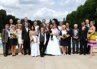 naše celá rodina... - čtvrtý z pravé strany dědeček manžela - 90 let!!! Děkujeme všem, že tam byli s námi