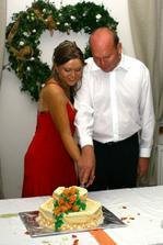 krájanie svadobnej tortičky