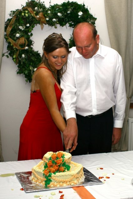 Katka{{_AND_}}Martin - krájanie svadobnej tortičky
