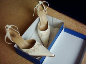 toto sú moje topánočky, nádherne vyšívané a smotanové, super