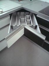 Výsuvné šuflíky v rohu linky