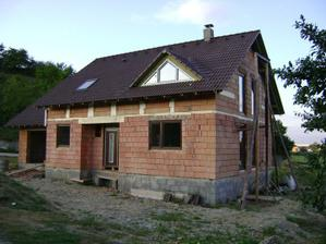 náš domček už aj s oknami a vchodovymi dverami