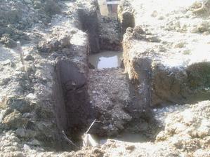 takto sme kopali zaklady. Museli sme kopat piliere kvoli vode