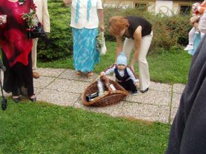 Nejmladší svatebčan se chopil toho nejdůležitějšího :-)