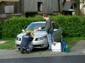 """Manžel s bratránkem mi připravují sobíka. (""""sobík"""" je přezdívka vozů automobilové prémiové švédské značky SAAB)"""