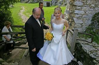 Stoupání k hradní bráně... trochu náročné, ale co bych pro hezkou svatbu neudělala, že? ;o)