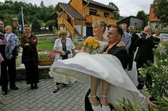 Teď se manžel prohne. Ke svatebnímu stolu to není blízko...