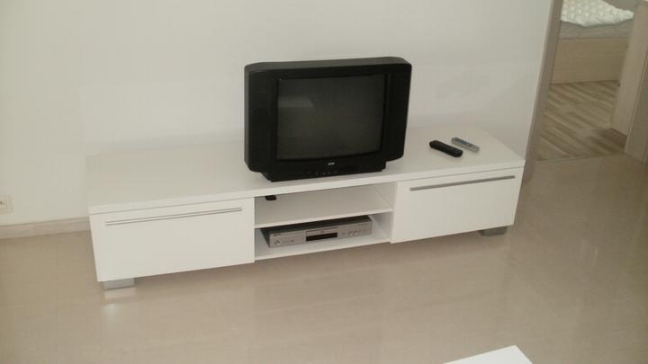 Kuchyna s obyvkou - TV stolík za 100ku, biela vysoký lesk, šírka 180cm