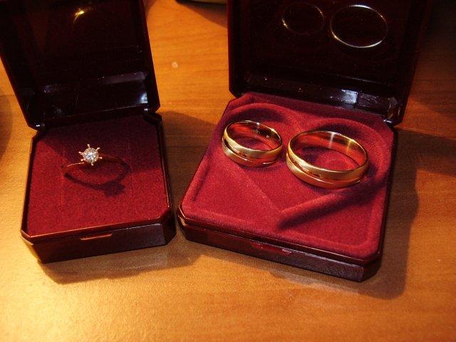 T a T sa pripravuje na svadbu :) - nase prstene :)