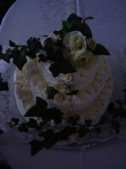 T a T sa pripravuje na svadbu :) - torticka ráno o 3 :)