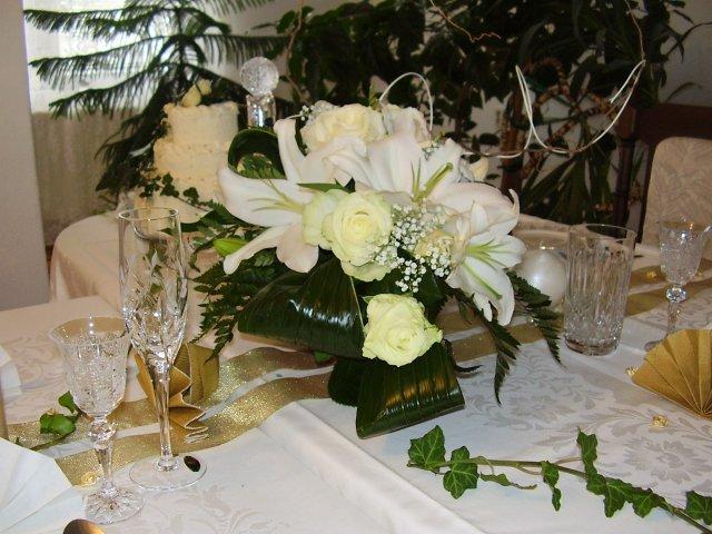 T a T sa pripravuje na svadbu :) - boli by pekny aj na hlavny sto, len trosku mohutnejsie :)