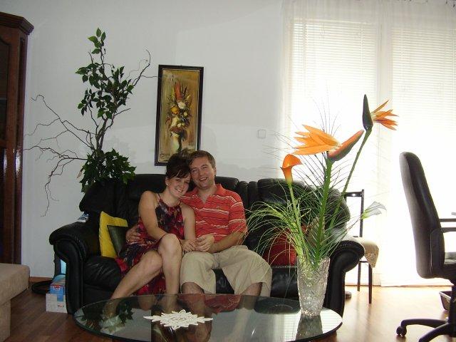 T a T sa pripravuje na svadbu :) - doma v budapesti, saty sú pohodlné, mozno po redovom, a také strelicie zhánam k deku  do sály