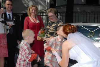 maminka a sestra nevěsty s manželem a synovci 3 a 6 let
